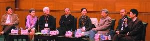 ▲王安忆(左五)、阎连科(左六)和毕飞宇(左七)在研讨会上与多位从事中国文学翻译的汉学家互相对话。