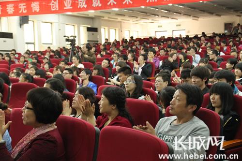 起热烈的掌声.长城网记者 陈兆月 摄-保定学院西部支教先进事迹报高清图片
