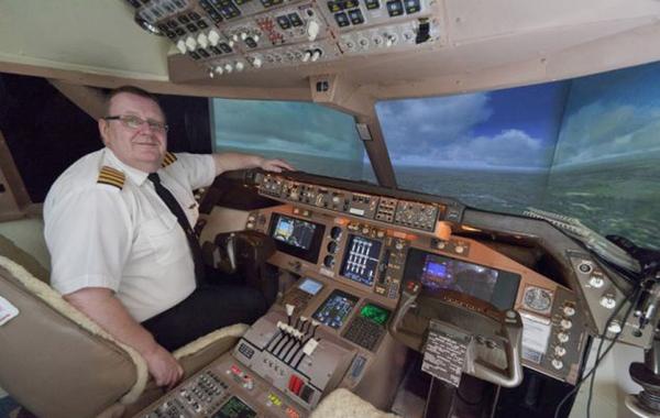 中仿制出与波音727-400客机驾驶舱同等大小的复制品