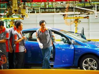 """劳动节前夕,台湾地区领导人马英九前往中坜参访福特六和汽车厂房,并与基层员工座谈午餐。他还亲自组装车门,完成后还比赞。(图片来源:台湾""""中央社"""")"""