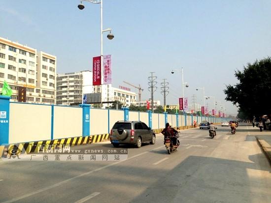 南宁地铁2号线的围挡工作已经完成,即将开始封闭式施工。广西新闻网记者 杨郑宝摄