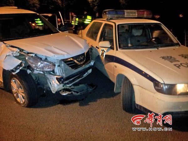 被偷越野车与警车发生了三四次冲撞后,被警车逼停,伤痕累累.