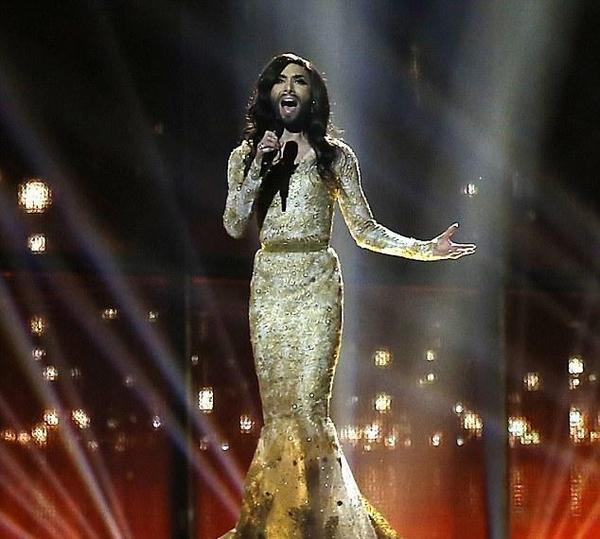 变性歌手身穿华美金裙献唱
