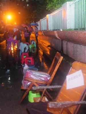原标题:为报上幼儿园50家长提前两日冒雨
