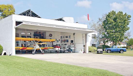 美国佛罗里达州有座小村庄,每家每户,至少都有一架小型的螺旋桨飞机。