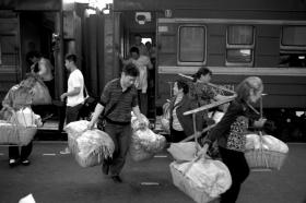 2014年3月27日,白石渡、太平里、坳上等地的菜农,挑上一担担的青菜,他们要在郴州市区卖掉这些菜,晚上住七八元一晚的小旅馆,次日再乘坐这趟交通车返回。