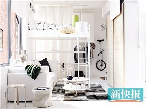 高架床上方是睡眠区,下方的沙发可供娱乐休闲,推拉门储物柜满足收纳