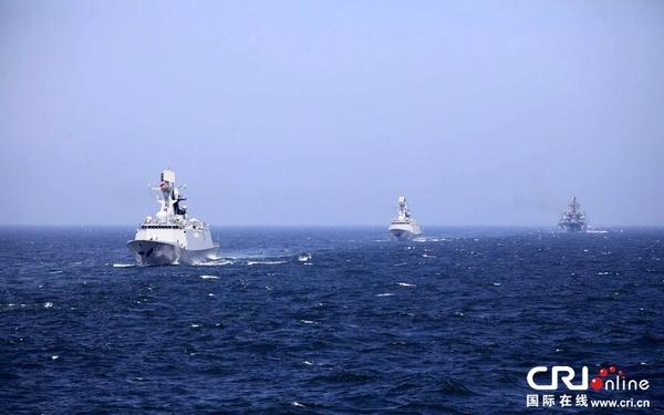 """中俄""""海上联合——2014""""军事演习的参演舰艇进行了海上实际使用武器的演练,组织了对海、对空、对潜实弹射击王志鹏摄"""