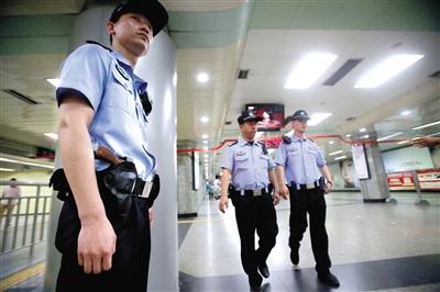 手枪 警力 分组 轮班 开展 24 小时 巡逻 防控 工作