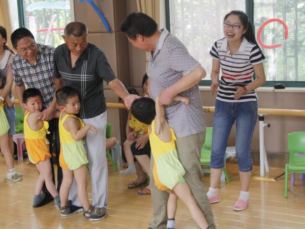"""[幼儿园中班六一舞蹈]我校幼儿园举行""""六一""""庆祝活动"""