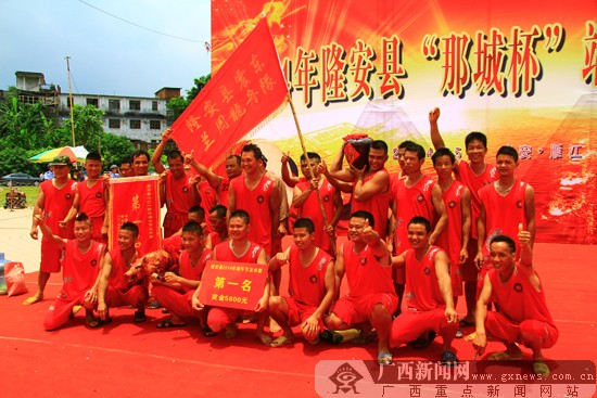 隆安县震东兰周龙舟队荣获本次龙舟赛第一名.广西新闻网记者   摄 -