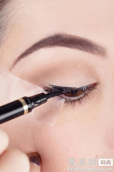 步骤3:上眼睑中间开始画眼线