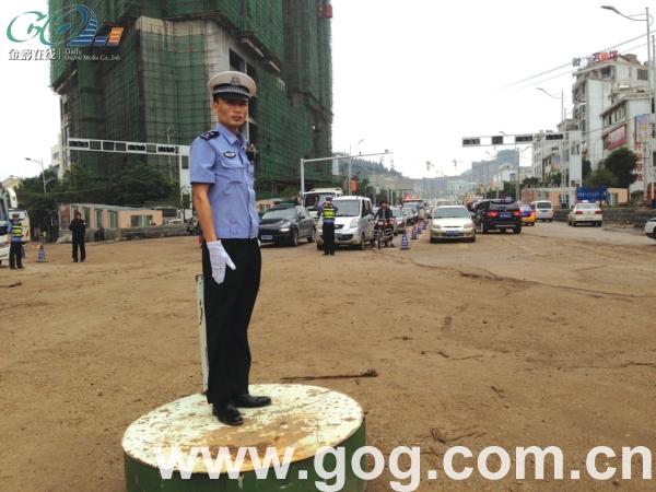 交警正在指挥交通.