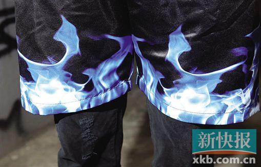 短裤上的蓝色火焰细节与球衣呼应。