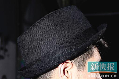 简单的绅士帽造就了造型的不同可能性,基本款是最佳选择,色彩也不能够杂乱。