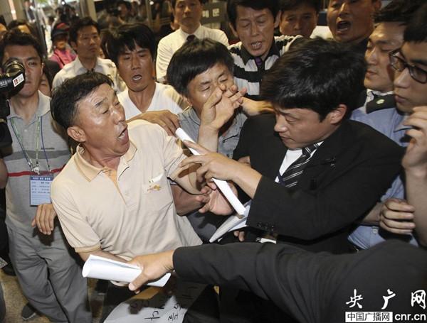 韩国沉船事故公审开始 遇难者家属示威欲闯入法院图片