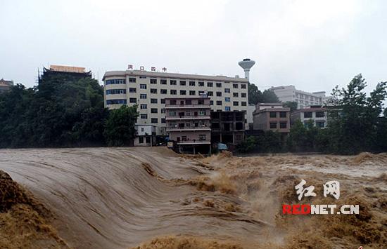 于降水强度大,湖南洞口县四中河道水位上涨迅猛.伍明安 摄)-特图片