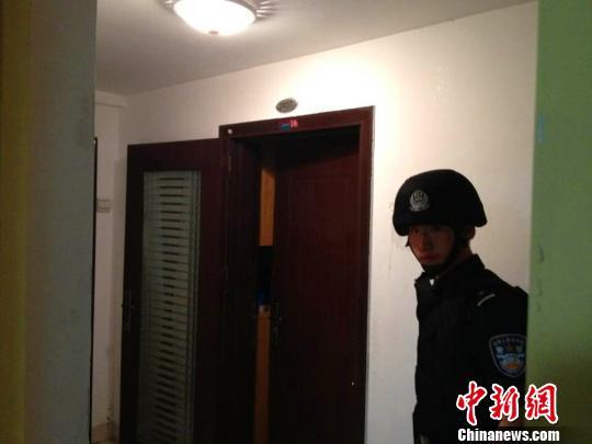 特警隊員強行進入嫌疑人居住的單身公寓思超攝