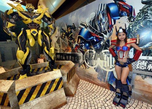 美女变形金刚与大黄蜂在香港一商场亮相