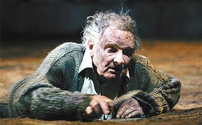 邦德的《李尔》首演因血腥场面招致诸多争议.
