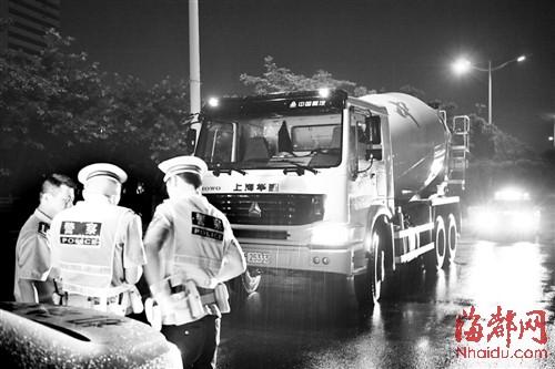 交警集中整治水泥搅拌车