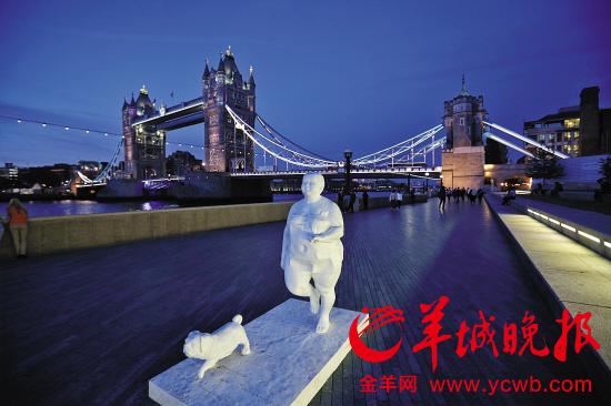 """伦敦塔桥旁的快乐""""肥女人"""""""