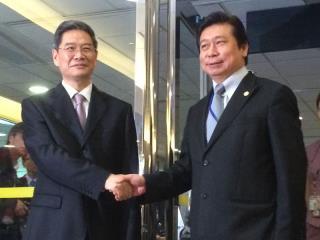 """张志军(左)抵台,台湾陆委会副主委张显耀(右)接机。""""中央社"""""""
