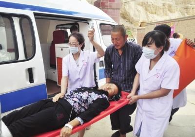 120急救中心对受伤群众展开紧急救援-兰州皋兰举行突发地质灾害应急