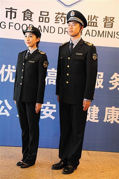 后后入式制服