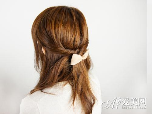 爱美网发型栏目为大家介绍公主头长发的扎法,让你变身魅力公主.