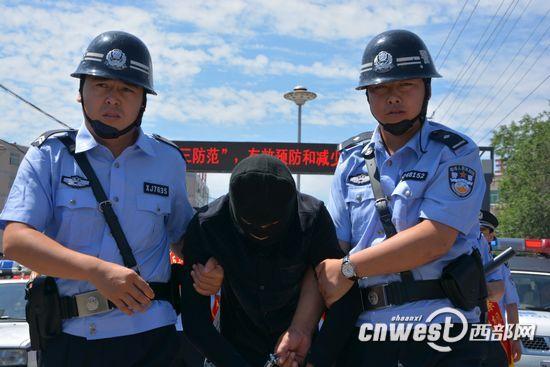7月10日上午,横山连环强奸强奸案告破,犯罪嫌疑人艾某某被押解归案。