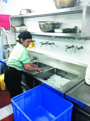"""原标题:""""阳光厨房""""直播厨房内部实况 餐厅洗碗间十分整洁."""