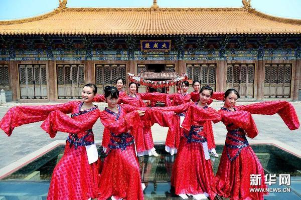 7月13日,在济南府学文庙,山东省实验中学汉服社的同学在进行汉舞表演.图片