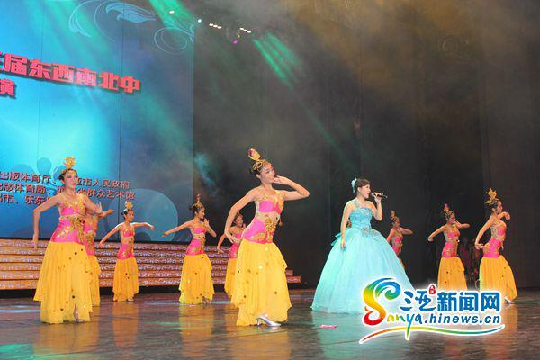 歌伴舞《玛依拉变奏曲》(三亚新闻网记者马伟元摄)