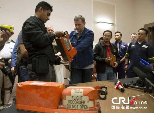 """当地时间2014年7月22日,顿涅茨克,""""顿涅茨克人民共和国""""官员向马来西亚调查人员移交马航MH17航班客机黑匣子。图片来源:Dmitry Lovetsky/东方IC"""