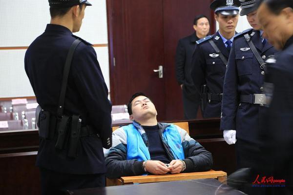 2014年2月17日,法院一审宣判胡平死刑后,他闭上眼睛仰面朝天。