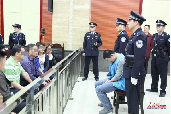 2014年4月1日,二审庭审结束后,法庭安排胡平和家属见面,交谈中他低下头哭了。