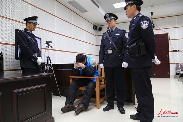 2014年2月17日,法院一审宣判胡平死刑后,他低下头不语。