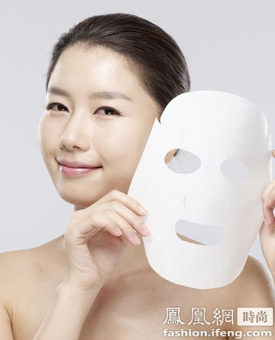 可以敷一片补水面膜或者用爽肤水敷脸,步骤完成后只要再涂抹一层凝露