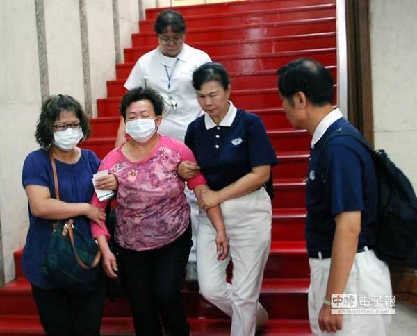 复兴航空澎湖空难的家属哭断肠。图片来源:台湾《中时电子报》
