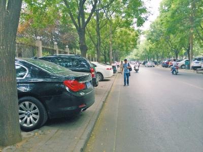 文博东路两侧人行道全成停车位?