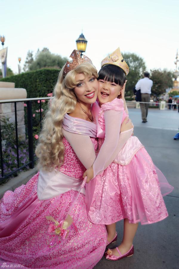 王诗龄变身睡美人玩转迪士尼 可爱爆棚获赞小公主