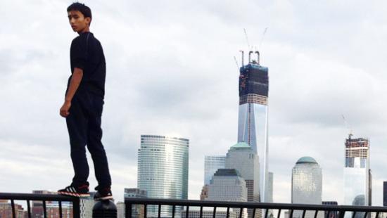 美国纽约一名青年因偷偷爬上了世贸中心大厦的楼顶而认罪 中新网7月31日电 据外媒报道,当地时间7月30日,美国纽约一名青年因偷偷爬上了世贸中心大厦的楼顶而认罪。这也增加了美国对高层建筑安全问题的关注。 这位名为贾斯汀的青年承认,擅自攀爬高楼违反了城市法律。他希望以23天的社区服务来弥补他3月份的攀爬大楼的错误。 同时,该案件引发了世界贸易中心的安全体系关注,自2001年恐怖袭击之后,这里一度被认为是美国最具安全意识的地点。 贾斯汀的律师格里菲斯拒绝发表评论,这名青年将于今年9月份宣判。 贾斯汀今年16岁