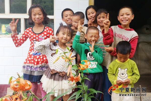 孩子们和邻居的孩子们在一起很开心。