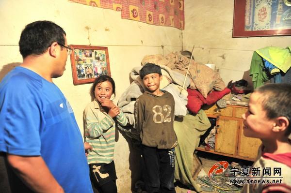 宁夏义工联合会固原工作站站长孙连忠和孩子们交流。