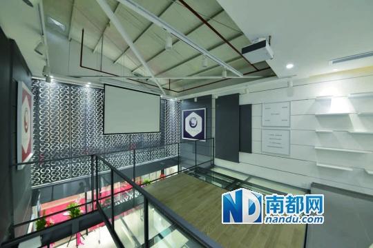 """室内设计师玩展厅来表达设计 二楼""""透明的地板""""让空间更有戏剧性,而"""