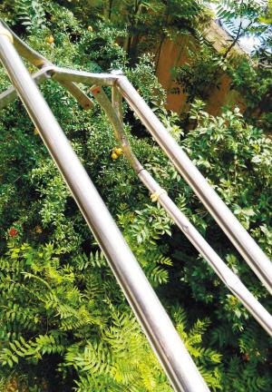 国西路纺织花园小区8号楼2楼的王女士在阳台晾衣服,一个蓝色的金属
