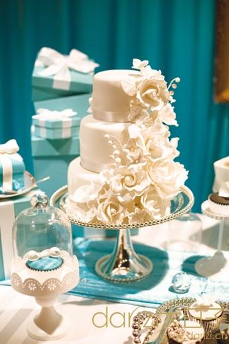 精巧的婚礼蛋糕,与整个甜品桌tiffany