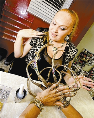 8年没剪,女子手指甲35厘米长图片