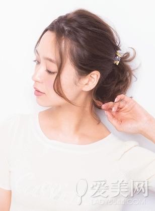 美容  扎发步骤: step1:将头发绑成马尾后用卷发棒烫卷刘海.